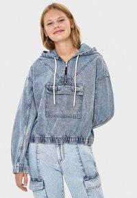 Bershka - MIT KAPUZE - Kurtka jeansowa - blue - 0