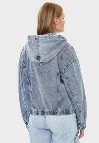 Bershka - MIT KAPUZE - Kurtka jeansowa - blue - 2