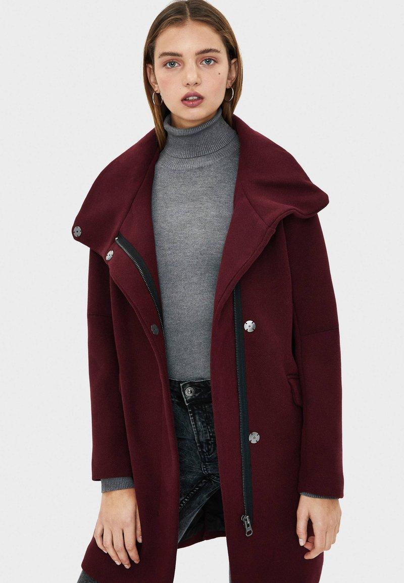 Bershka - MIT STEHKRAGEN  - Short coat - bordeaux