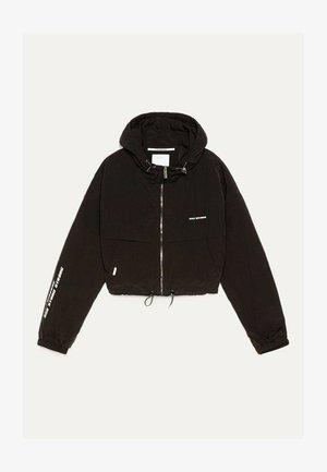 REFLEKTIERENDE JACKE MIT KAPUZE 01238551 - Lehká bunda - black