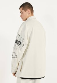 Bershka - MIT PRINT - Giacca di jeans - white - 2