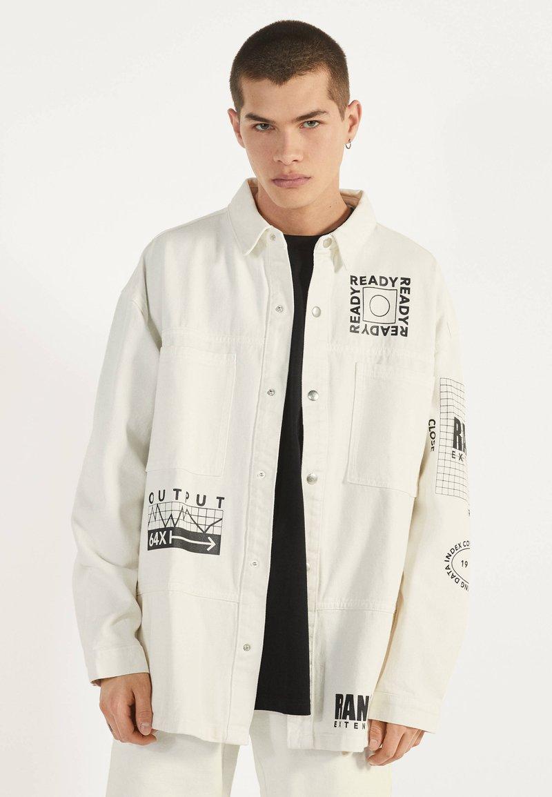 Bershka - MIT PRINT - Giacca di jeans - white