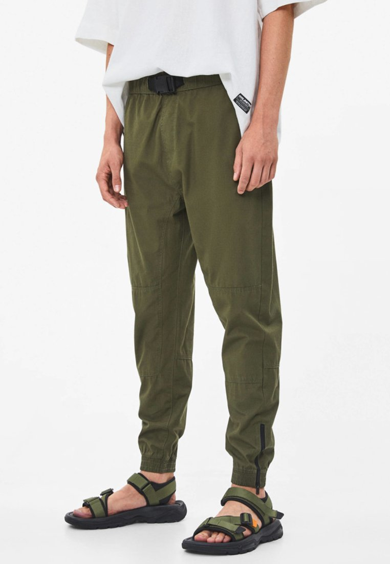 Bershka - MIT REISSVERSCHLUSS - Trousers - khaki