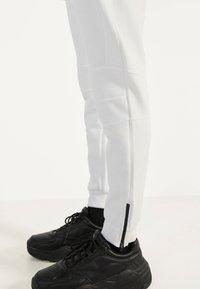 Bershka - Teplákové kalhoty - white - 3