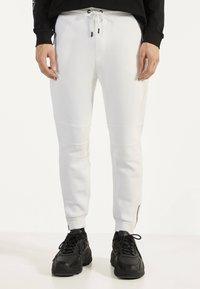 Bershka - Teplákové kalhoty - white - 0