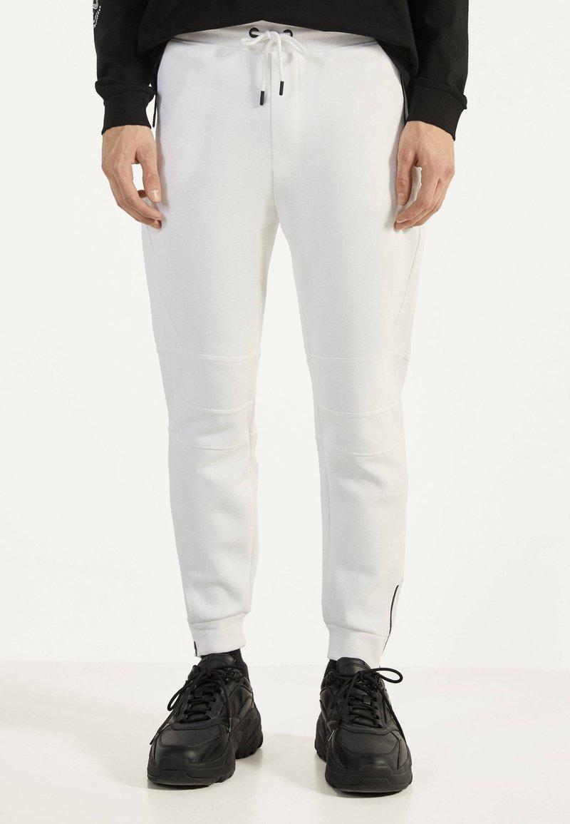 Bershka - Teplákové kalhoty - white