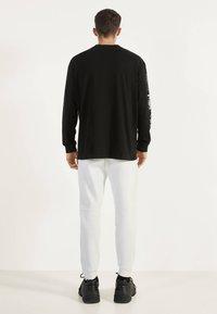 Bershka - Teplákové kalhoty - white - 2