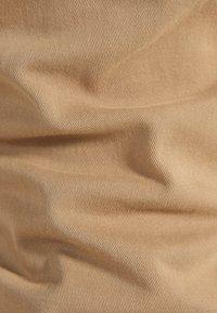 Bershka - CHINOHOSE IM SLIM-FIT MIT GÜRTEL 00296637 - Chinot - beige - 5