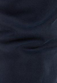 Bershka - CHINOHOSE IM SLIM-FIT MIT GÜRTEL 00296637 - Chinot - dark blue - 5