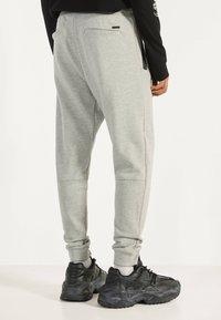 Bershka - Spodnie treningowe - grey - 2