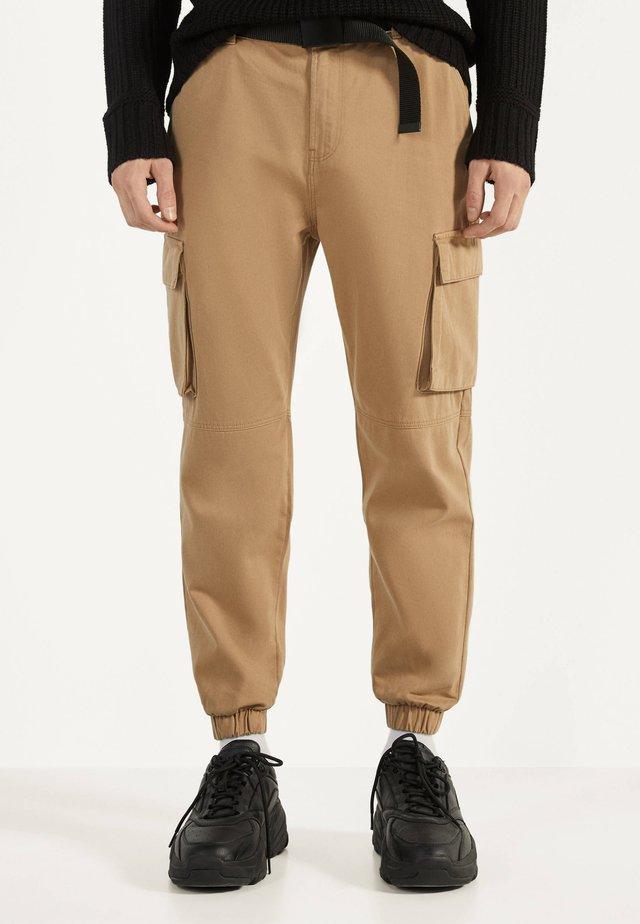 MIT GÜRTEL - Pantalon cargo - beige