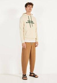 Bershka - Teplákové kalhoty - brown - 1