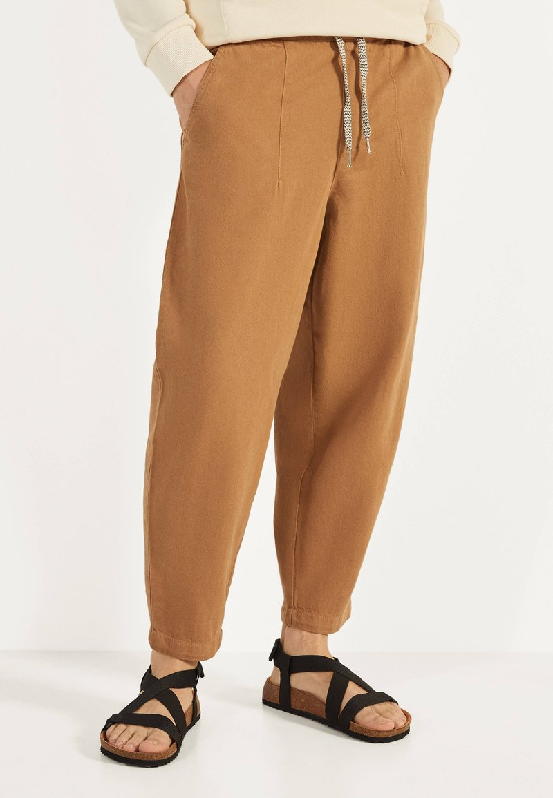 Bershka - Teplákové kalhoty - brown