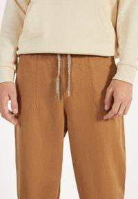 Bershka - Teplákové kalhoty - brown - 3