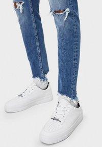 Bershka - MIT RISSEN - Jeans Skinny Fit - light blue - 3