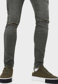 Bershka - Slim fit jeans - khaki - 3