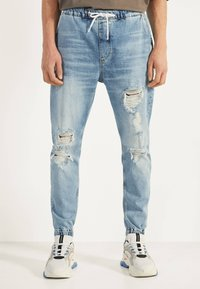 Bershka - MIT RISSEN - Jeans Tapered Fit - blue denim - 0