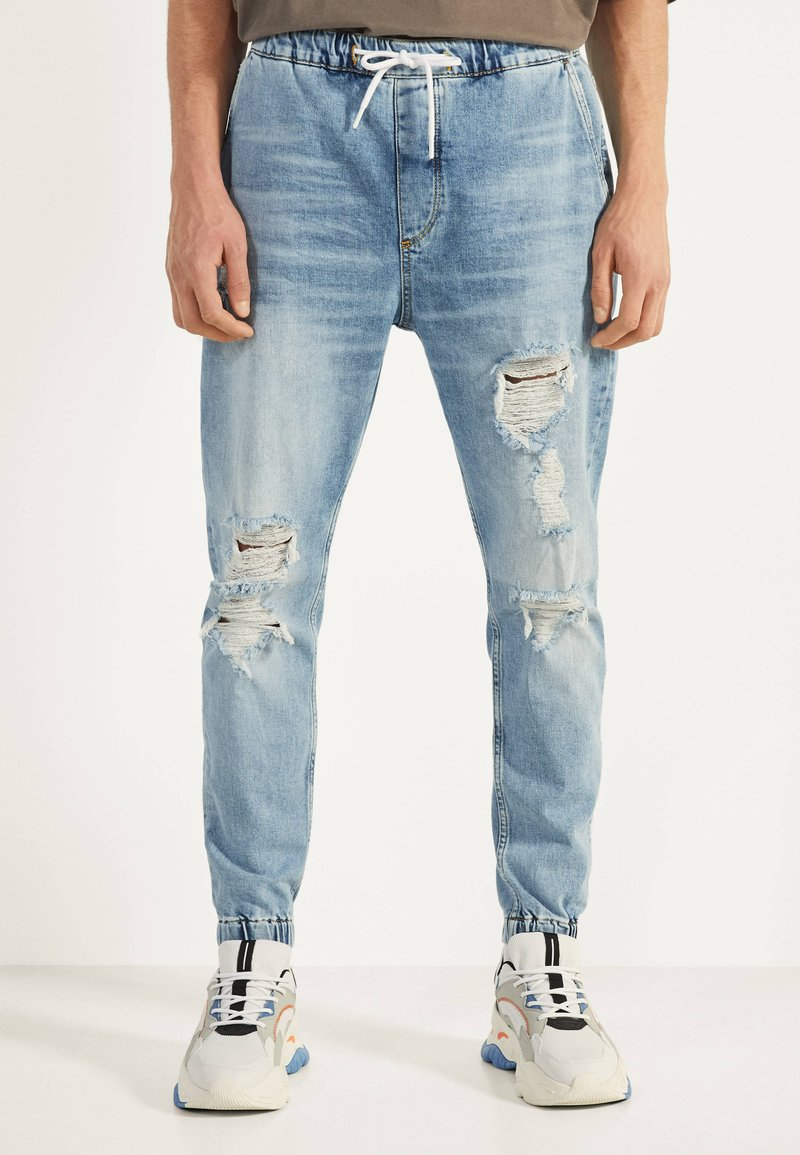 Bershka - MIT RISSEN - Jeans Tapered Fit - blue denim