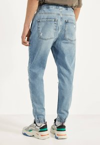 Bershka - MIT RISSEN - Jeans Tapered Fit - blue denim - 2