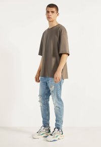 Bershka - MIT RISSEN - Jeans Tapered Fit - blue denim - 1