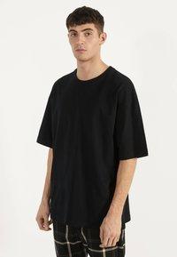 Bershka - OVERSIZE-SHIRT 02373880 - T-shirt basic - black - 0