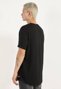 Bershka - MIT KURZEN ÄRMELN - Basic T-shirt - black - 2