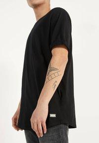 Bershka - MIT KURZEN ÄRMELN - Basic T-shirt - black - 3