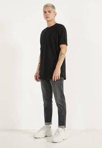 Bershka - MIT KURZEN ÄRMELN - Basic T-shirt - black - 1