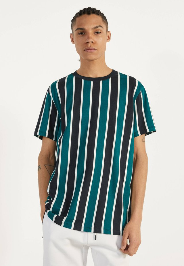 MIT STREIFENPRINT - T-shirts print - green