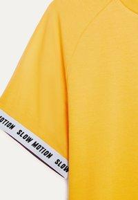 Bershka - MIT GRAFIK - Print T-shirt - mustard yellow - 4