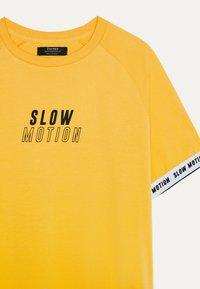 Bershka - MIT GRAFIK - Print T-shirt - mustard yellow - 3