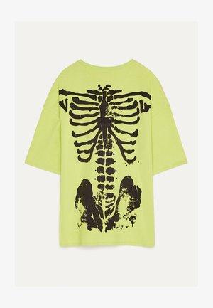 MIT SKELETTPRINT - T-shirt con stampa - green