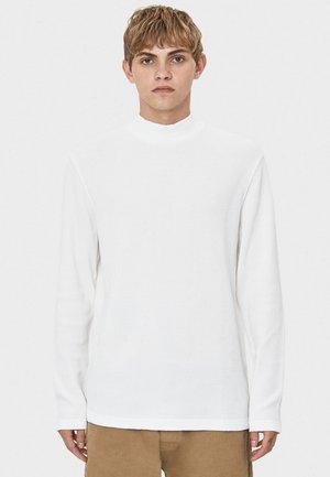 MIT GERIPPTEM STEHKRAGEN - Sweter - white