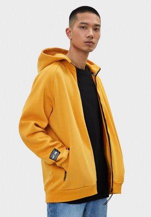MIT KAPUZE - Hoodie met rits - mustard yellow