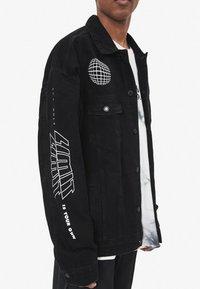 Bershka - MIT GRAFIK - Giacca di jeans - black - 3