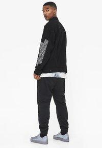 Bershka - MIT GRAFIK - Giacca di jeans - black - 2