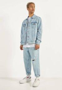 Bershka - JEANSJACKE IM REGULAR-FIT 01273503 - Kurtka jeansowa - blue - 1