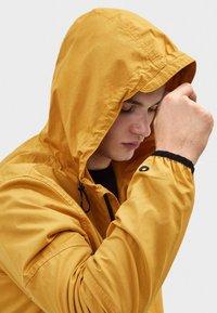 Bershka - MIT KAPUZE - Outdoorová bunda - mustard yellow - 3