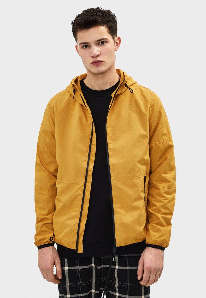 Bershka - MIT KAPUZE - Outdoorová bunda - mustard yellow