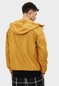 Bershka - MIT KAPUZE - Outdoorová bunda - mustard yellow - 2