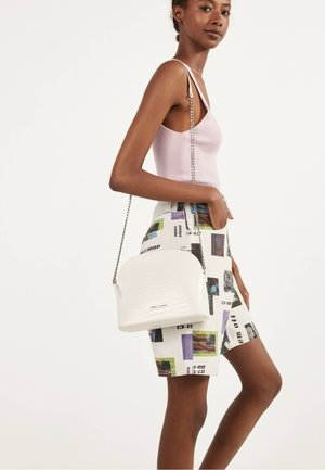 03386266 - Across body bag - white
