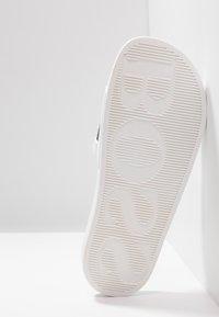 BOSS - SOLAR SLID LOGO - Mules - white - 4