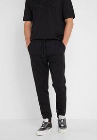 BOSS - HADIKO  - Pantalon de survêtement - black - 0
