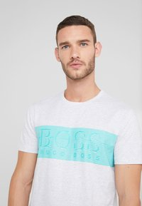 BOSS - TEE - T-shirt z nadrukiem - light pastel grey - 4
