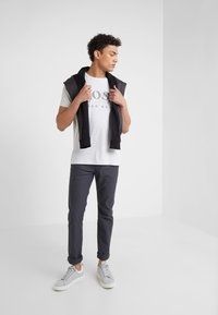 BOSS - T-shirt med print - light pastel grey - 1