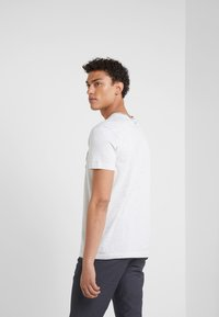 BOSS - T-shirt med print - light pastel grey - 2