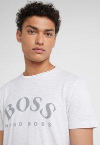BOSS - T-shirt med print - light pastel grey - 4