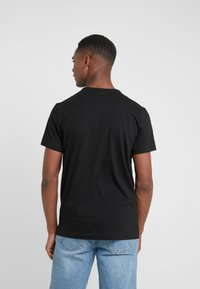 BOSS - TEE CURVED 10213473 01 - Jednoduché triko - black/gold - 2