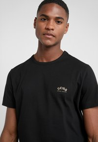 BOSS - TEE CURVED 10213473 01 - Jednoduché triko - black/gold - 4