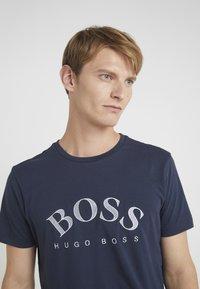 BOSS - Triko spotiskem - navy/silver - 3